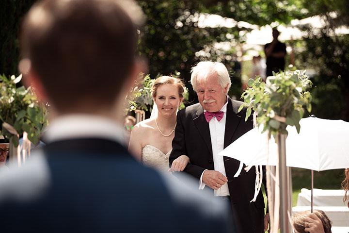 Braut und Vater bei einer freien Trauung im Weingut Mußler