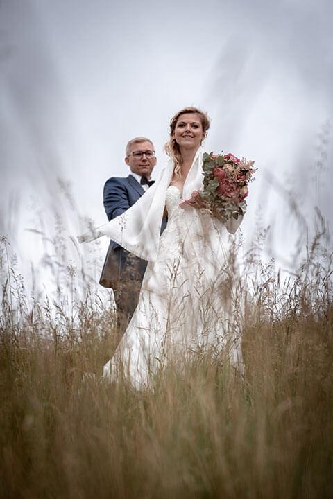 Hochzeitsbild eines Ehepaars im hohen Gras beim Lammershofnahe Weinheim