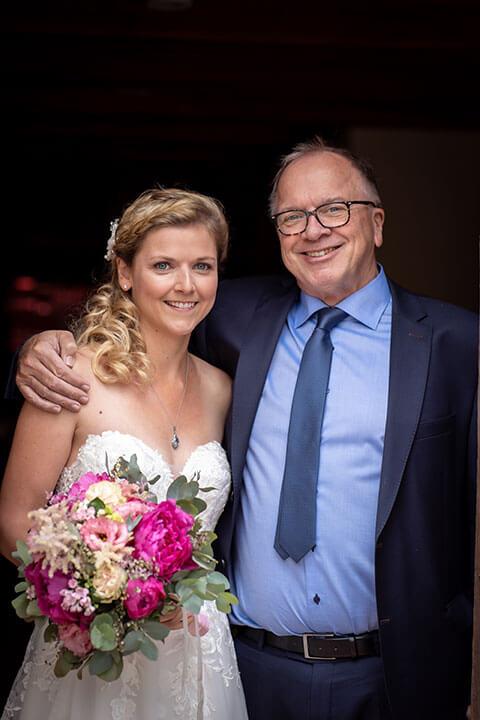 Hochzeitsfoto von Braut mit ihrem Vater
