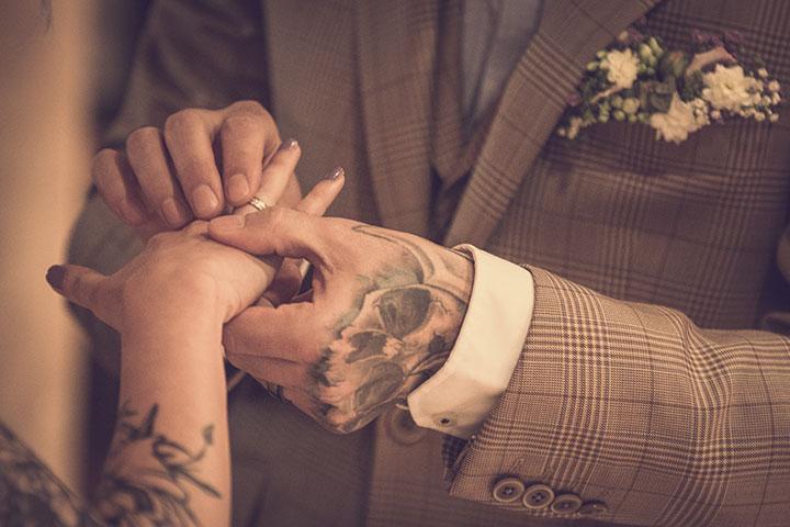 Ehering. Vintage Hochzeitsbild bei einer standesamtlichen Trauung