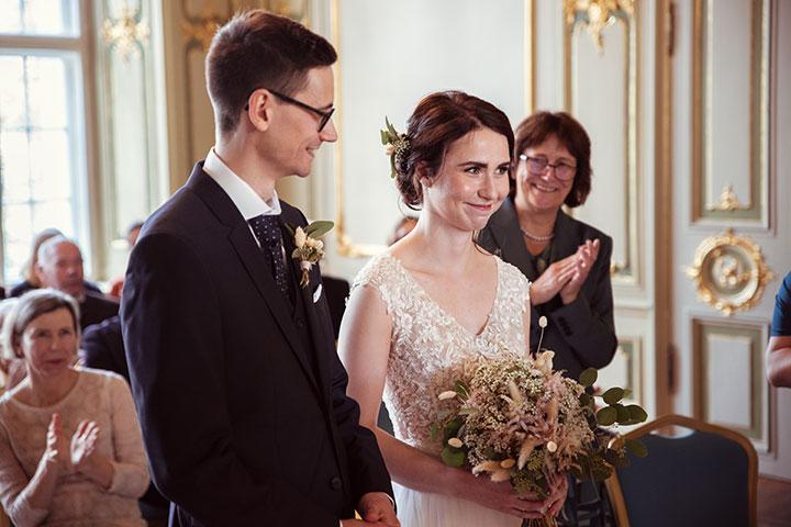 Standesamtliche Hochzeitsbilder des Brautpaars und der Mutter des Bräutigams.