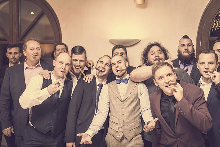 Gruppenbild bei einer Vintage Hochzeit im Weingut Mussler
