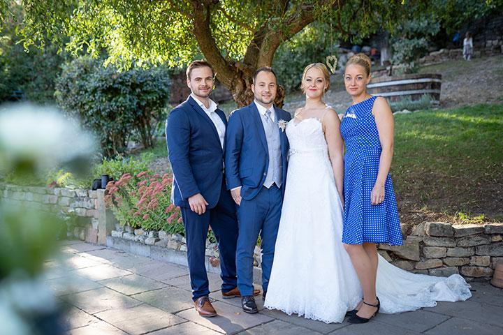 Familienfoto bei Hochzeit mit Trauzeugen