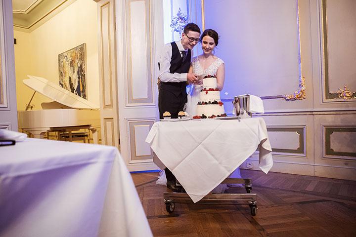Foto vom Schneiden der Hochzeitstorte