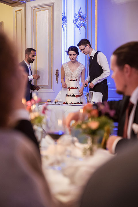 Brautpaar schneidet die Hochzeitstorte
