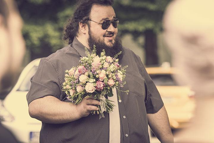 Lustiges Bild eines Gastes bei einer Hochzeit