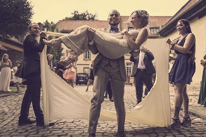 Schöne idee für ein Foto bei einer standesamtlichen Hochzeit