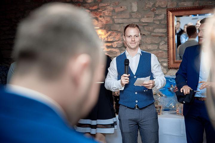 Trauzeuge bei der Hochzeitsfeier