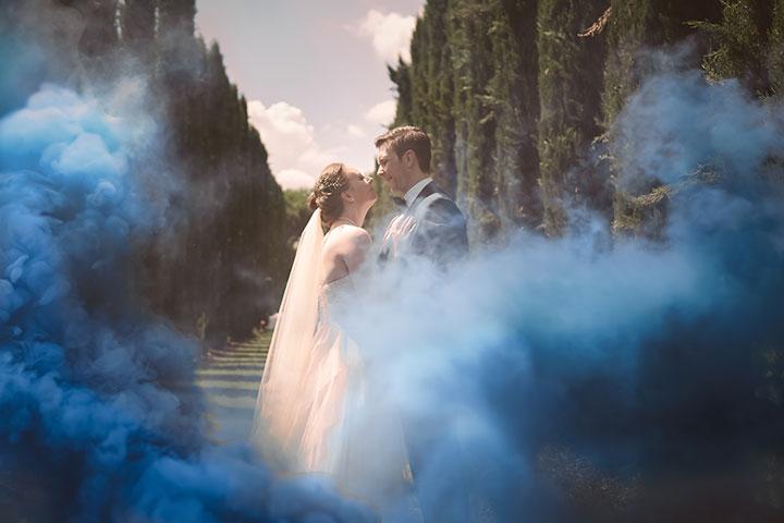 verrücktes Hochzeitsfoto mit rauchbombe im weingut mussler von pascal dietrich